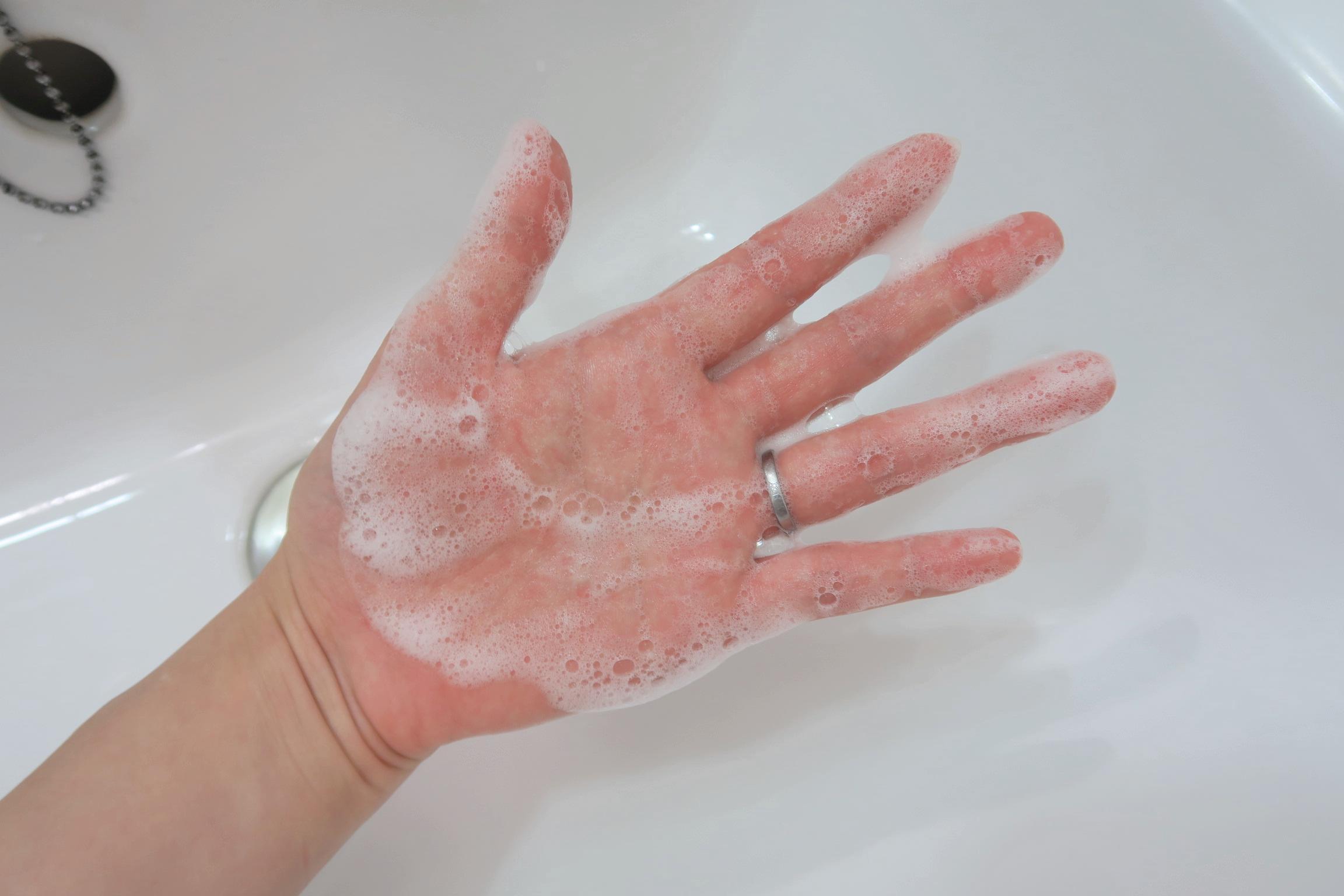 手に広げると白色に変わります