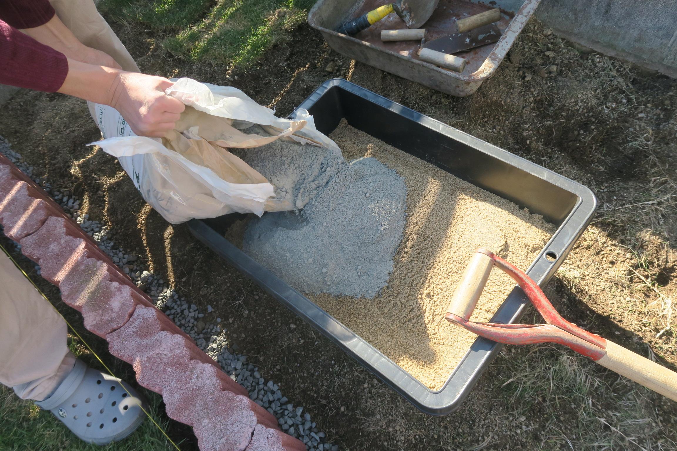 モルタルと砂を混ぜる