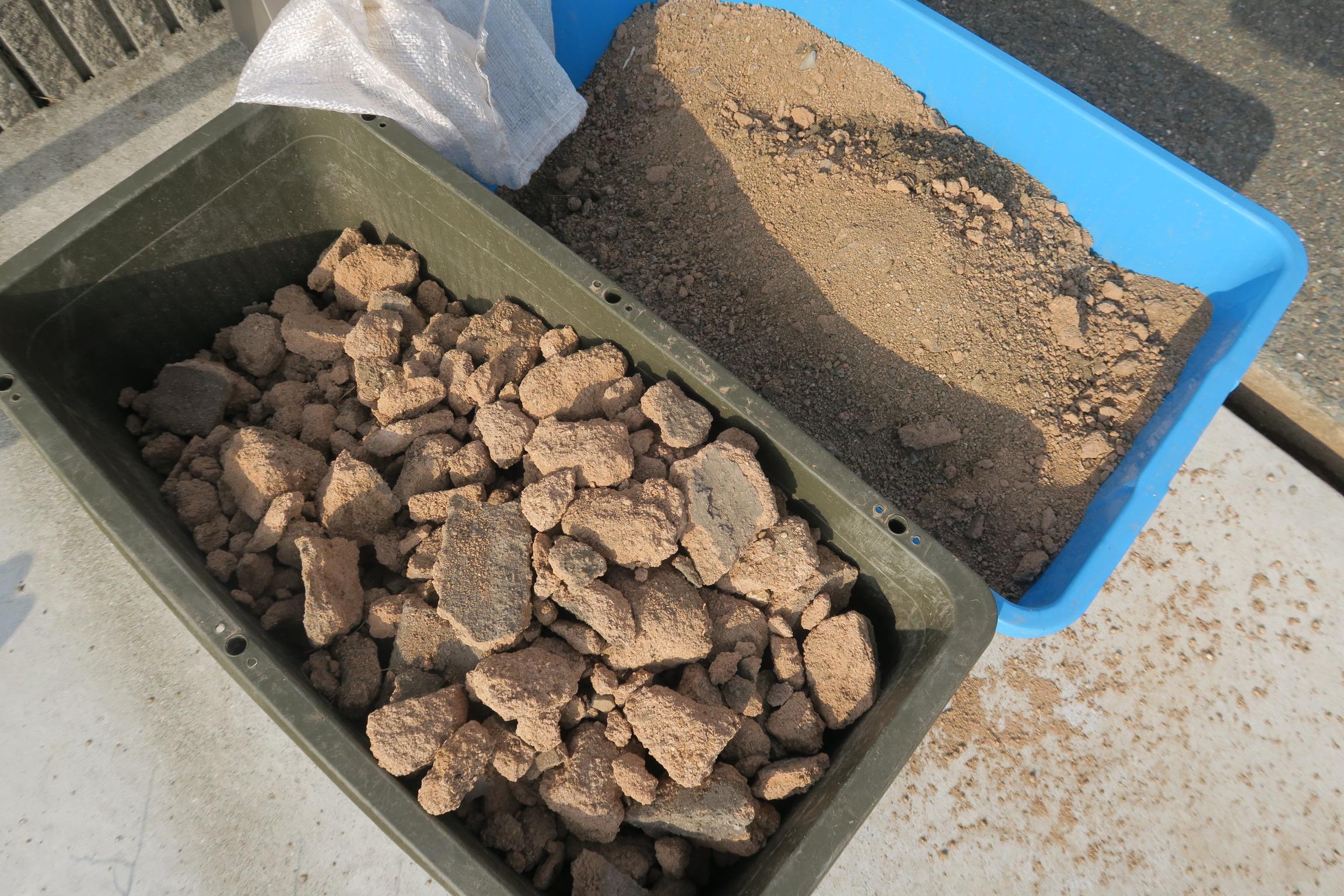 掘り起こした固まる土