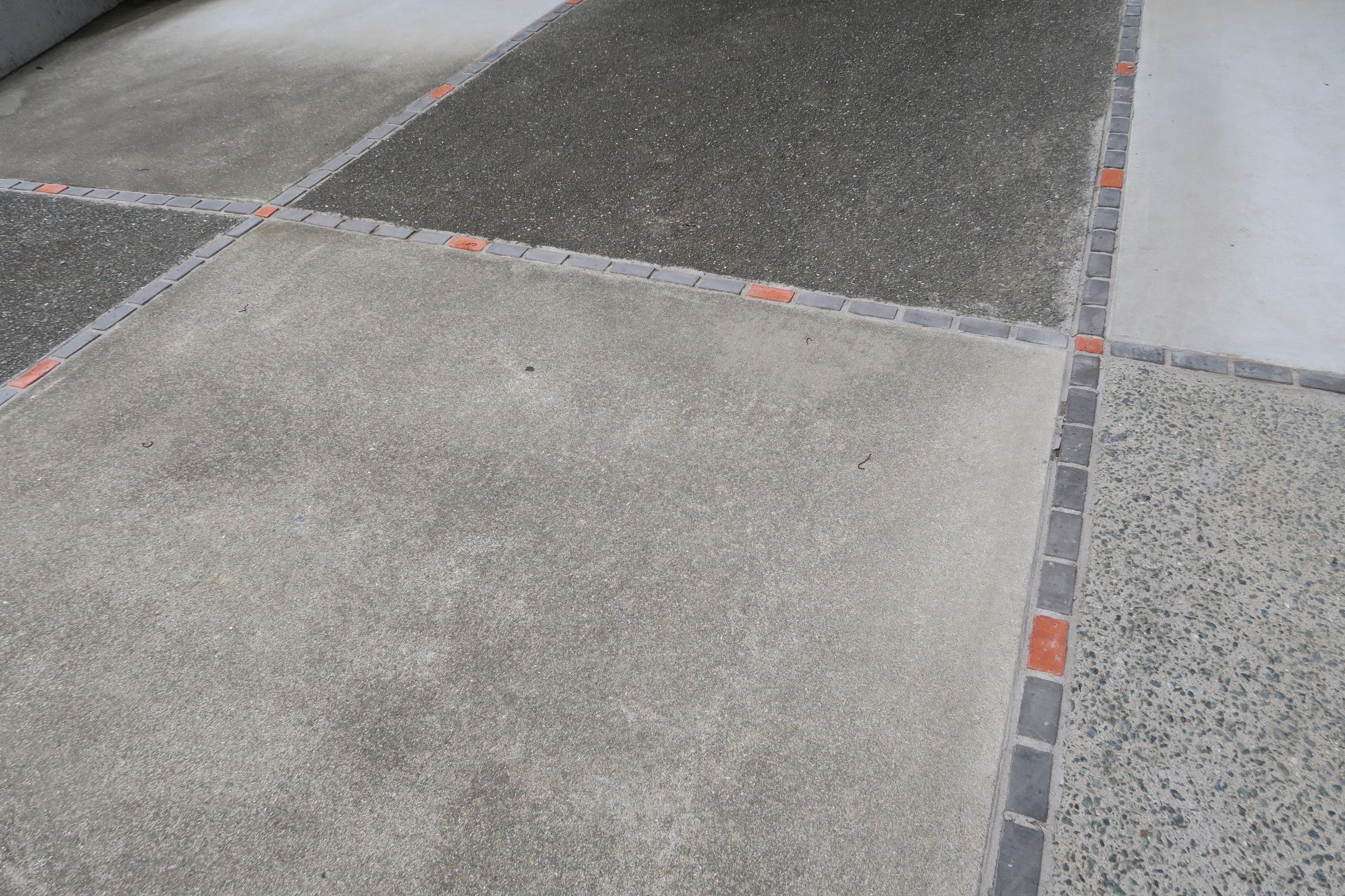 駐車場のコンクリートのすき間をレンガとバサモルで埋めよう